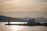 Το λιμάνι της Αίγινας με το άσπρο εκκλησάκι στην άκρη